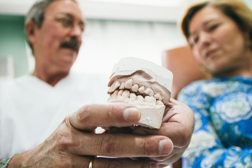 Arzt zeigt Zahnkrone